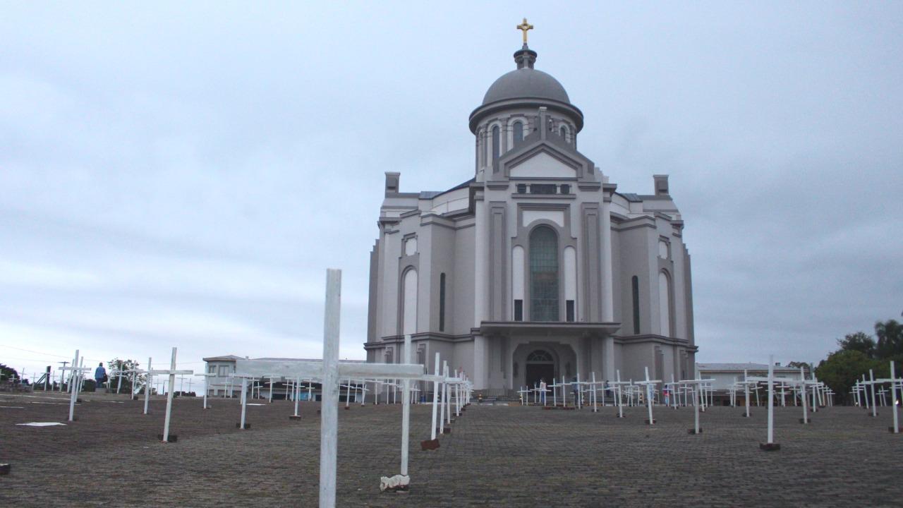 Cruzes no Santuário de Caravaggio homenageiam vítimas da Covid-19