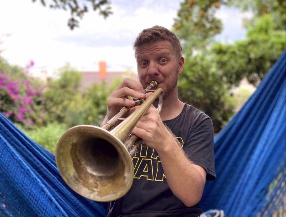 Beto trampa com trompete