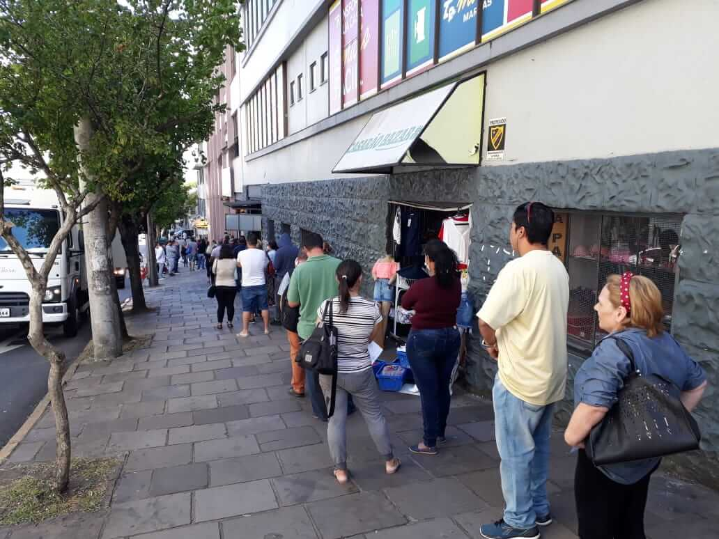 Coronavírus: fila na calçada pode?