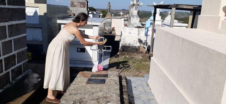 Atriz caxiense homenageia poeta Vivita Cartier em Criúva