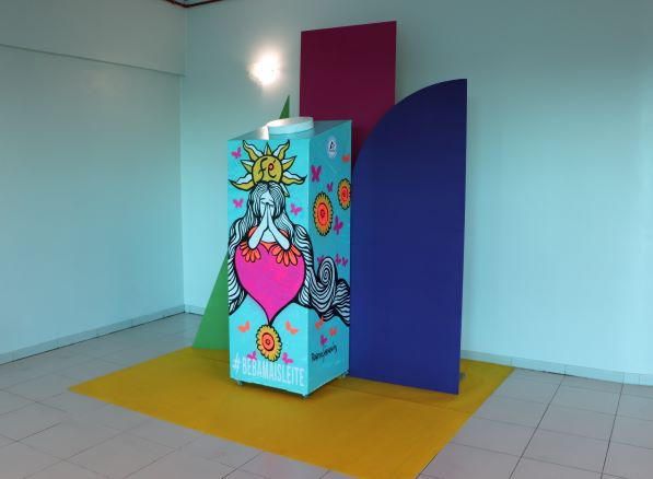 Obra de arte com caixa de leite gigante é exposta em supermercados Santa Clara