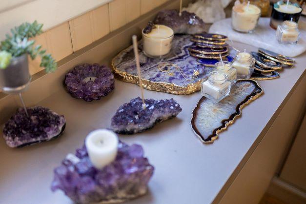 Dois meses após a estreia, loja de pedras preciosas reinaugura em espaço maior e lança e-commerce