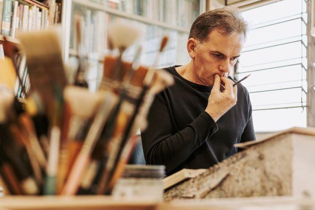 Inspiração e trabalho criam matizes na palheta de um artista das tintas