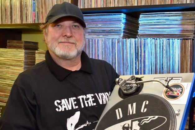DJ Rocha Netto celebra o rock nacional com discos de vinil