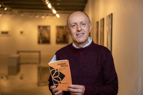 Gilmar Marcílio oferece pétalas de filosofia em forma de livro